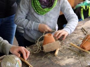 Zutaten: ein Tontopf ausgestopft mit Heu, Schnur zur Befestigung der Jurte (oder Draht) und zwei Röhrchen.