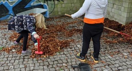 Laub wird gesammelt, um einen kuschligen Boden zu bereiten.